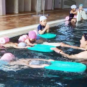 運動療育(水泳指導)の様子